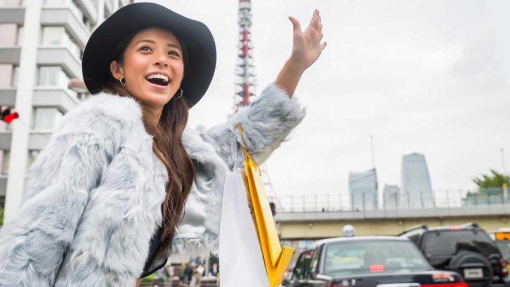 Японка ловит такси