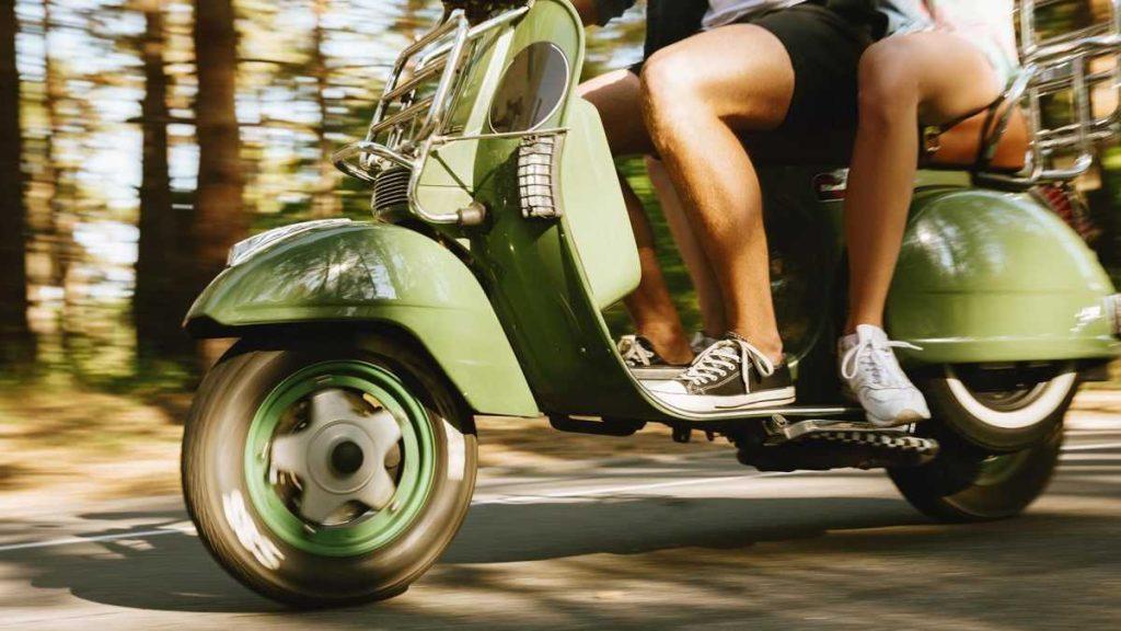 Пара на скутере