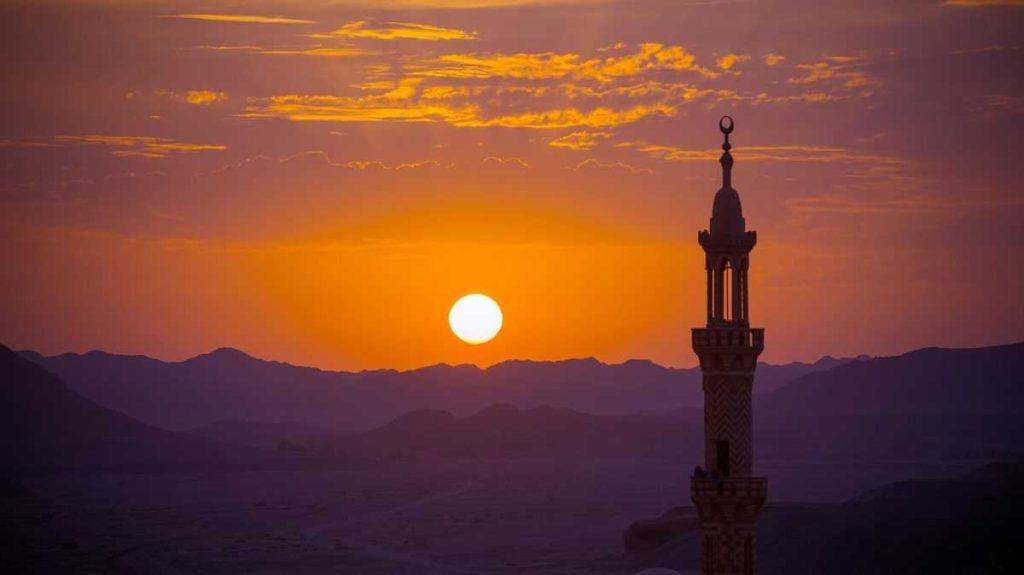 Горы и мечеть в Турции