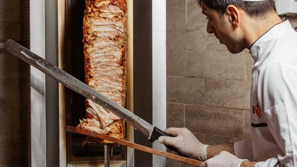Повар готовит доннер в Турции