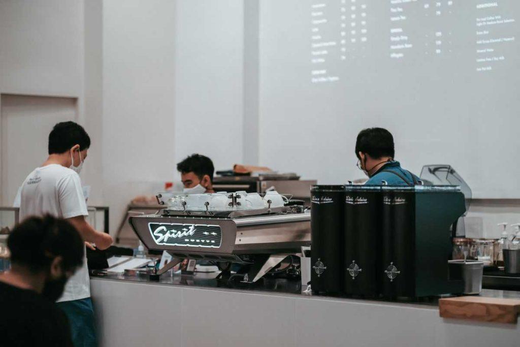 В провинциях Таиланда открылись бары