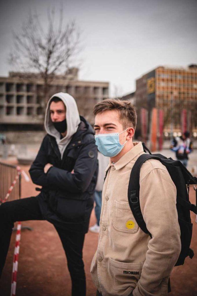 студенты во франции вынуждены носить маски