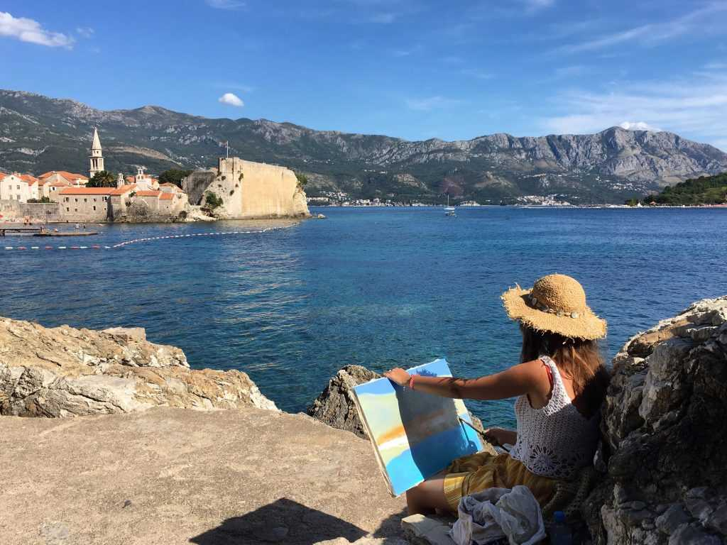Художница рисует на побережье Будвы