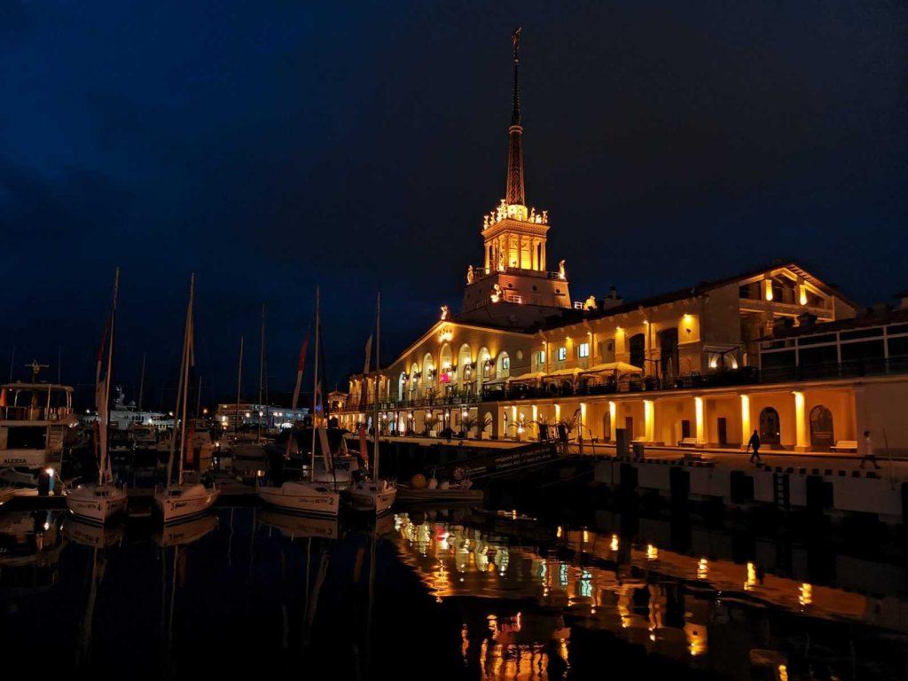 Морской вокзал Сочи в ночное время суток