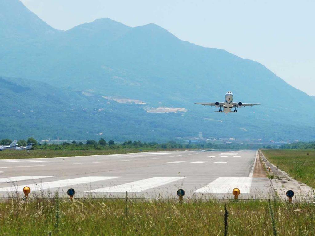 Посадка самолета в аэропорте Тиват