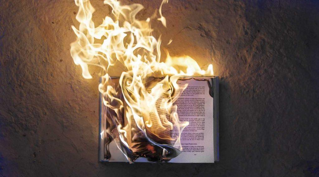 В Греции сжигают учебники
