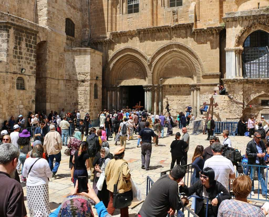 Туристы в Храме Гроба Господня