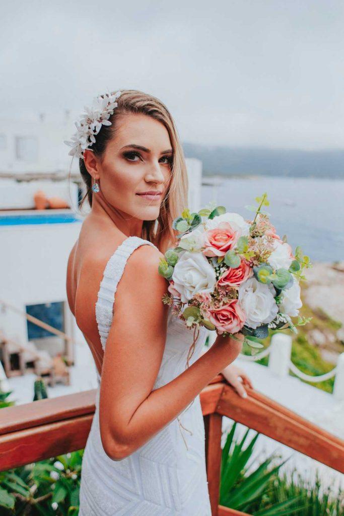 Невеста с букетом в Греции