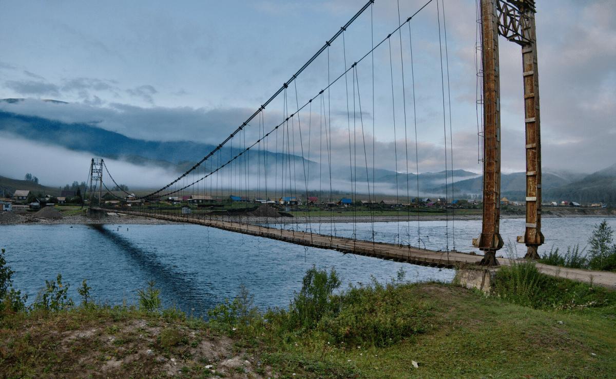 Старый мост через реку на алтае